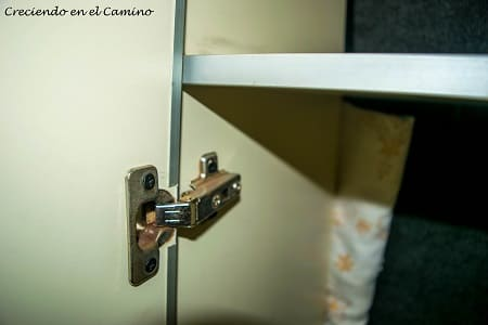 La bisagra colocada en puerta de placar de motorhome