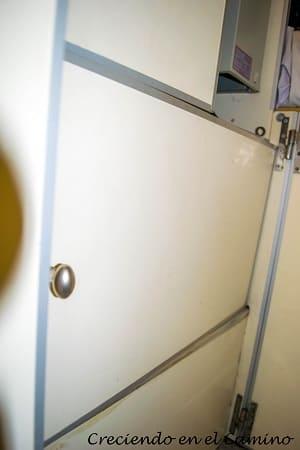 puerta colocada de un placard en un motorhome
