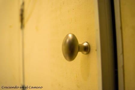 Luego vamos a agregarle una manija a la puerta del baño del motorhome para poder abrirla y cerrarla.