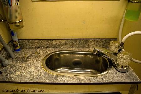 mesada de mueble de baño de un motorhome