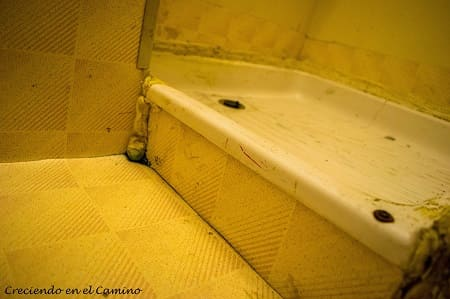 piso terminado de una ducha de un motorhome