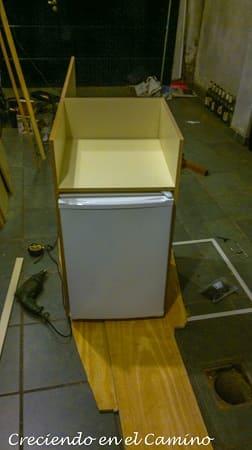 colocando una heladera en una casa rodante