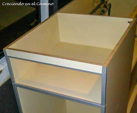 armando mueble de cocina de una casa rodante