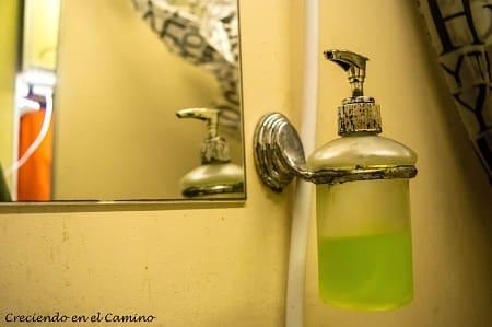 Dispenser de jabón líquido en baño de un motorhome