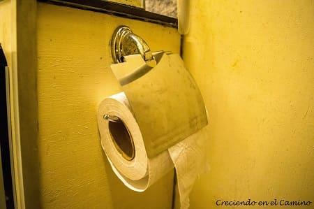 Porta rollo de papel en el baño de un motorhome