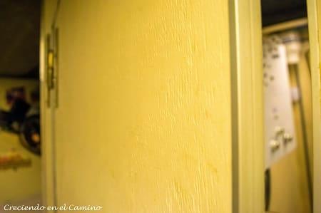 colocando tapacantos en la puerta de un baño de un motorhome