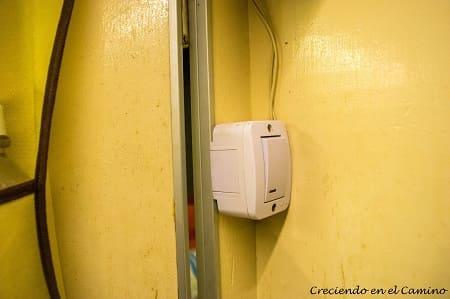 tecla de luz para iluminar el baño de un motorhome