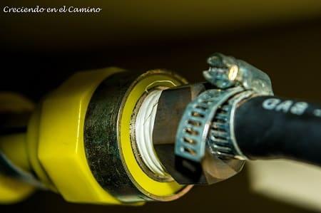 colocando abrazadera al caño de gas de un motorhome