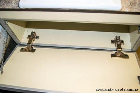 agregando puerta al mueble de cocina de un motorhome
