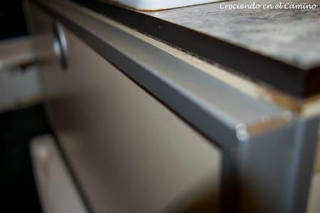 colocando tapacanto a mueble de cocina de un motorhome
