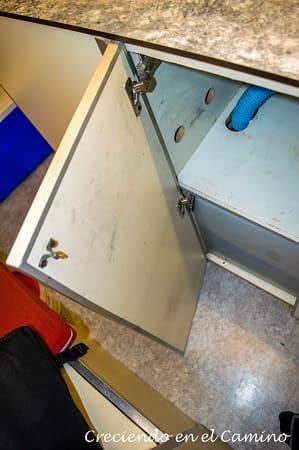 colocando puerta mueble de cocina motorhome