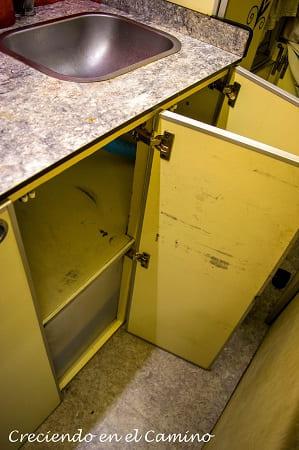 colocando puerta mueble de cocina casa rodante