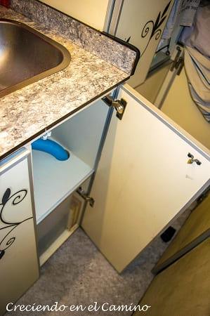 colocando puerta a mueble de cocina autocaravana