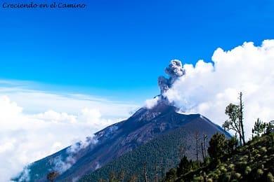 como subir y conocer el volcan acatenango en guatemala
