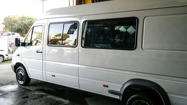Nuestro vehículo es un furgón Mercedes Benz Sprinter 413 largo que se usaba como transporte de carga, por lo que la caja venia totalmente vacía y sin la división de la cabina con la zona de carga.