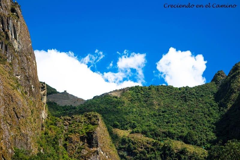 vista de las ruinas de machu pichu en peru desde las vias caminando desde hidroelectrica