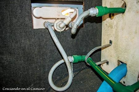 conectando agua caliente a una ducha externa de una autocaravana