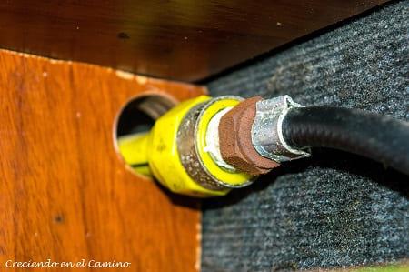 terminando instalacion de gas en una casa rodante