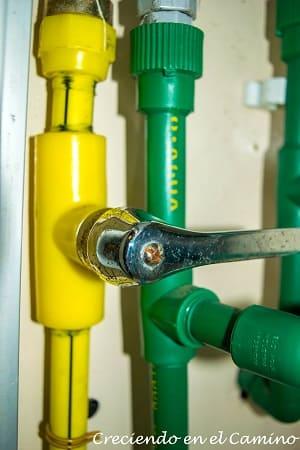 instalando llave de corte de gas en un motorhome