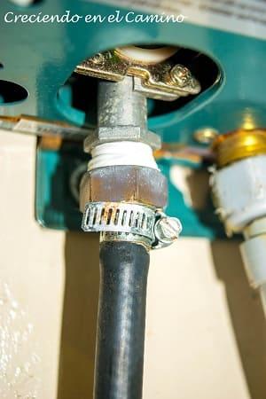instalando gas en el calefon de un motorhome