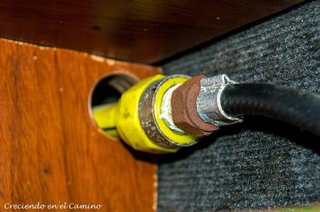 instalando gas en el calefon de una autocaravana