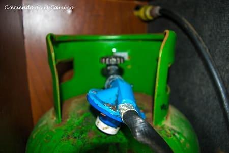 instalando gas en un calefon de un camper