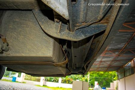 colocando tanque de aguas grises en una autocaravana