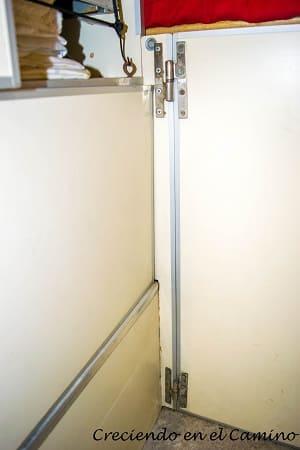 Puerta para acceder al baúl desde dentro de la casa rodante