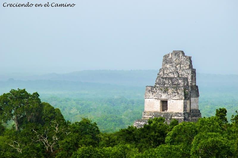 vista de la Plaza de la Gran Pirámide o mundo perdido, Tikal
